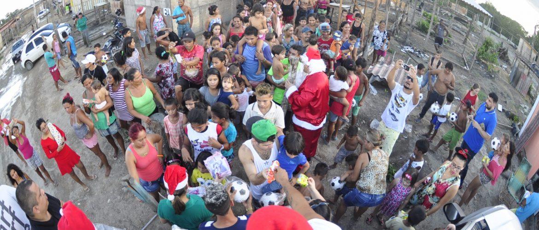 Secretário Municipal de Esporte comanda ação social e distribui alimentos e brinquedos em comunidade carente de Manaus