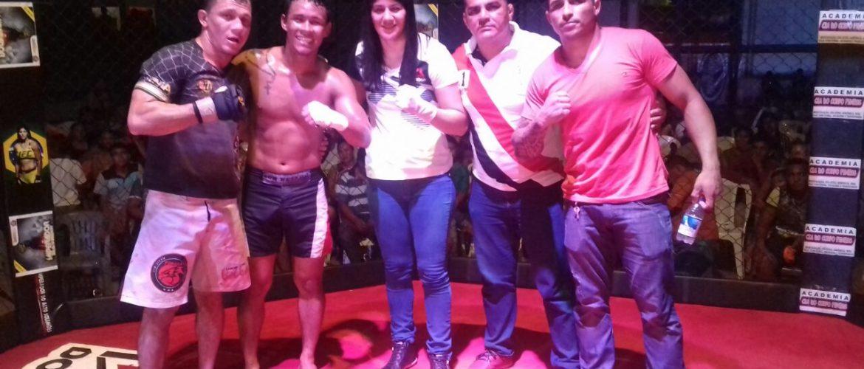 Sob os olhares da lutadora Ketlen Vieira, Claudemir conquista cinturão no Imperador do Alto Solimões, em Santo Antônio do Iça
