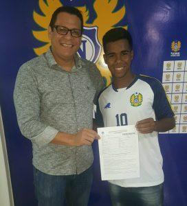 Roberto Peggy Pinheiro e Rafael Rennardy, durante a assinatura do contrato profissional do atleta. (Foto: Lorena Furtado)