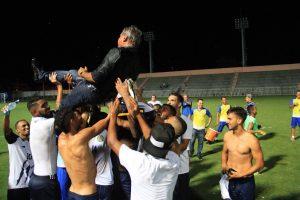 Arthur Bernardes foi homenageado após o jogo (Foto: Arlesson Sicsú / Nacional FC)