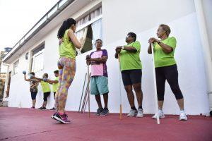 Idosos praticam atividades físicas e de lazer no Morro da Liberdade