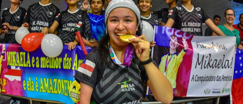 Atleta amazonense ouro no Parapan-Americano do Peru é recebida no aeroporto após feito histórico