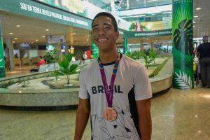 Após faturar o bronze nos Jogos Parapan-Americanos, Lucas dos Santos é recebido com festa no aeroporto de Manaus